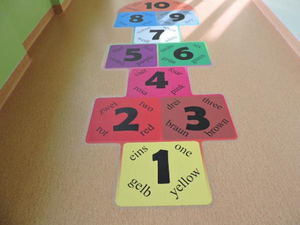 Gra w klasy dwujęzyczna - naklejka podłogowa w szkole