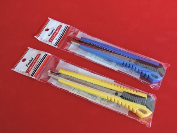 nożyki do przycinania naklejek i szablonów w kolorze żółtym i niebieskim
